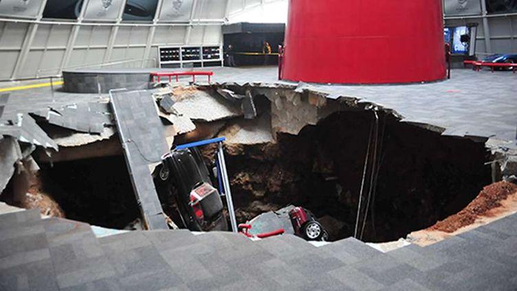 Huit voitures de collection exposées au musée Corvette de Bowling Green (kentucky, Etats-Unis), sont tombées, le 12 février 2014, dans un trou d'environ 12 mètres de large et d'environ 8 mètres de profondeur. ( AP / SIPA )