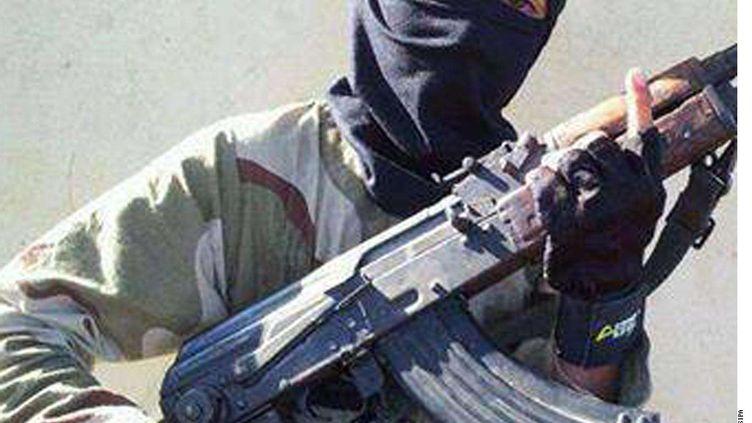 Cette photo non-datée montre un enfant portant une arme pour l'Etat islamique, le 20 novembre 2014, à Raqqa, en Syrie. ( AP / SIPA )