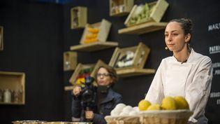 """Nina Métayer, chef patissier, participe à la 7e éditiondes """"Grands chefs dans le métro"""", station Miromesnil à Paris, le 4 novembre 2015. (MAXPPP)"""