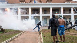 Des échauffourées ont éclaté vendredi 7 avril, devant la préfecture de Cayenne, en Guyane. (JODY AMIET / AFP)