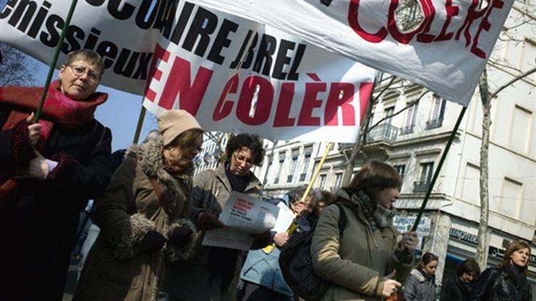 Plusieurs milliers de professeurs, lycéens, collégiens et parents d'élèves manifestent, le 12 mars 2010 à Lyon. (AFP/JEAN-PHILIPPE KSIAZEK)