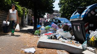 Des poubelles saturées de déchets à Rome, le 10 juillet 2017. (TIZIANA FABI / AFP)