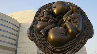 """L'une des sculptures en bronze de Damien Hirst composant """"Le voyage miraculeux"""", installé au Qatar.  (Nadine Al-Koudsi / AFP)"""