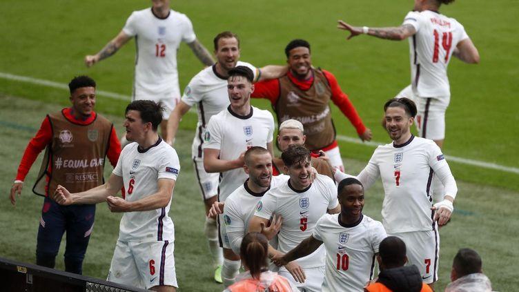 Les Anglais exultent après le but de Raheem Sterling face à l'Allemagne le 29 juin. (MATTHEW CHILDS / AFP)