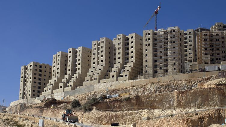 Construction israélienne à Rawabi, entre Ramallah et Naplouse, en Cisjordanie, le 6 août 2013. (AHMAD GHARABLI / AFP)