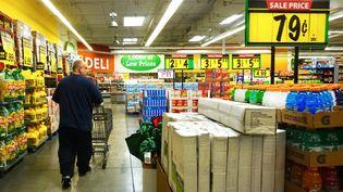 Un homme fait ses courses dans un supermarché à Montebello (Californie). Photo d'illustration. (FREDERIC J. BROWN / AFP)
