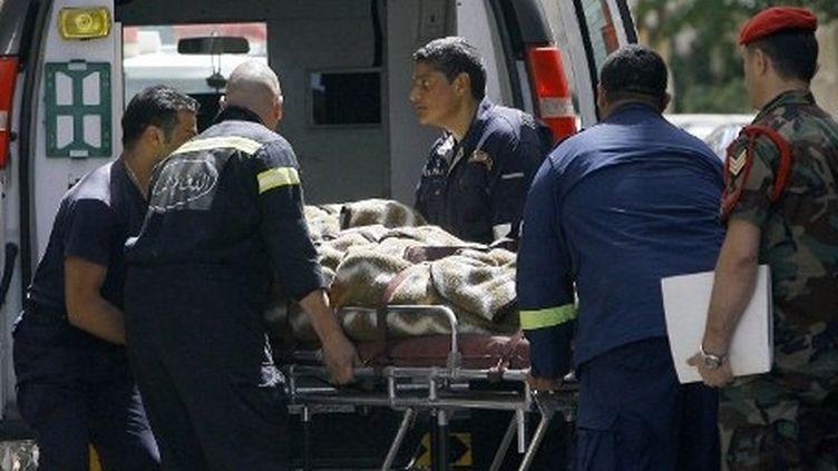 Un corps transporté dans une ambulance après une fusillade, à Beyrouth, le 24 mai 2012 (AFP/STR)