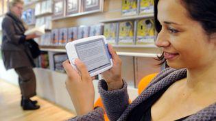 Parmi les principales contraintes des liseuses : une offre de livres numériques encore chère et trop limitée. (THOMAS LOHNES / DDP / AFP)