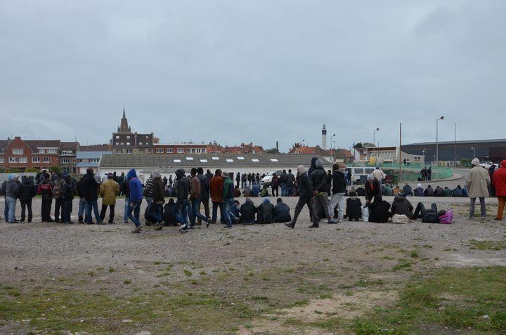 Des migrants font la queue pour la soupe populaire, le 23 octobre 2014 à Calais (Pas-de-Calais). (THOMAS BAIETTO / FRANCETV INFO)