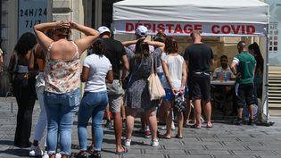 Des personnes attendent defaire un test au Covid-19 à Montpellier (Hérault), le 9 août 2021. (PASCAL GUYOT / AFP)