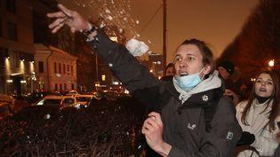 Un partisan de Navalny lance une boule de neige sur les forces de l'ordre, le 23 janvier 2021 à Moscou (Russie). (VALERY SHARIFULIN/TASS/SIPA USA/SIPA / SIPA USA)