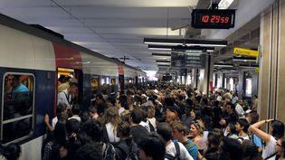 La galère pour prendre un transport en commun un jour de grève sur le réseau francilien. (BERTRAND LANGLOIS / AFP)