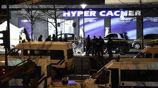 La police scientifique travaille devant le supermarché Hyper Cacher, le 9 janvier 2015, près de la Porte de Vincennes, dans l'est de Paris. (ERIC FEFERBERG / AFP)