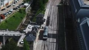 Après des décennies d'abandon, une ligne ferroviaire entre la France et l'Espagne va renaître de ses cendres. La région Nouvelle-Aquitaine a annoncé que les travaux pourraient être lancés d'ici deux ou trois ans. Cette ligne s'arrête aujourd'hui dans la plus grande gare fantôme du monde, la gare internationale de Canfranc, en Espagne. (FRANCE 3)