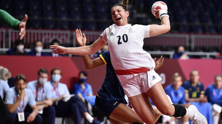 Laura Flippes face à la Suède lors de la demi-finale du tournoi olympique de handball, le 6 août 2021 à Tokyo. (FABRICE COFFRINI / AFP)