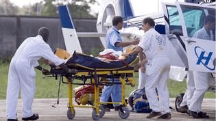 Un randonneur est transporté auxurgences de l'hôpital de Cayenne (Guyane) par un hélicoptere du Samu 973, le 5 avril 2007. (AMIET JODY/SIPA)