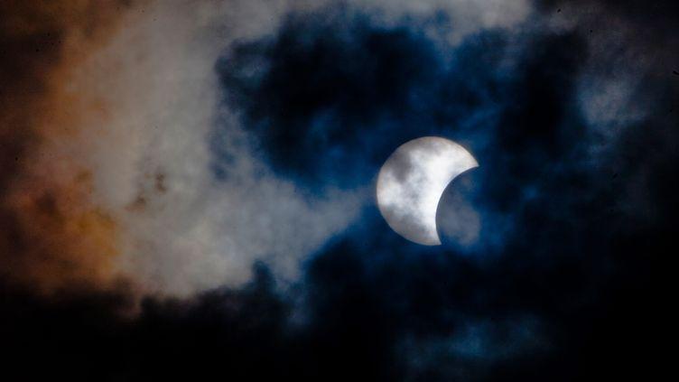 Une éclipse partielle de Soleil, vue de l'île de Tenerife, auxCanaries (Espagne), le 3 novembre 2013. (DESIREE MARTIN / AFP)