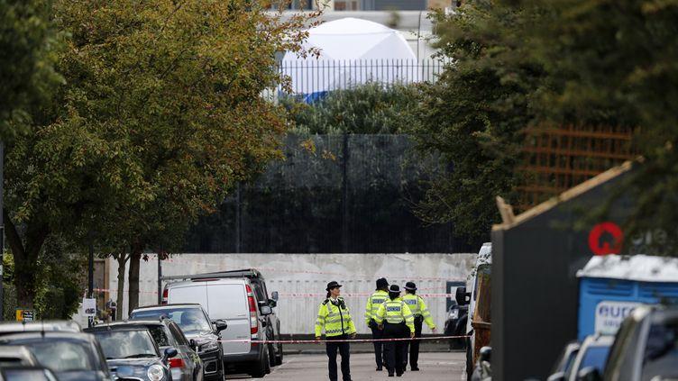 Des policiers britanniquesprès de la station de métro Parsons Green, à Londres (Royaume-Uni), après un attentat, le 15 septembre 2017. (ADRIAN DENNIS / AFP)