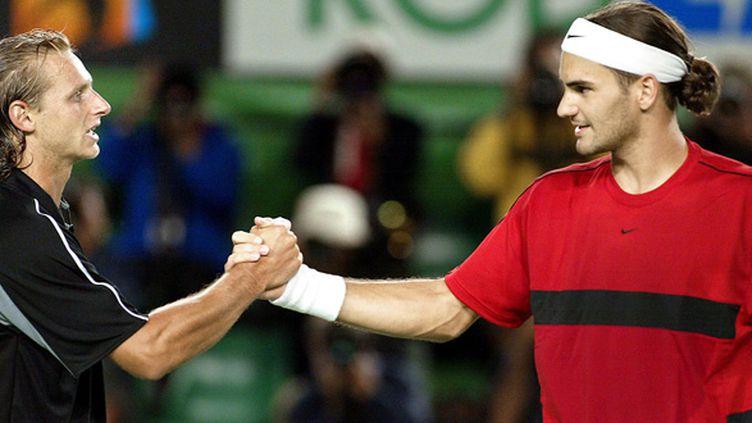 David Nalbandian serre la main de Roger Federer en 2004 à Melbourne (TORSTEN BLACKWOOD / AFP)