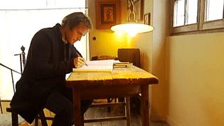 """Timothée de Fombelle, auteur de littérature jeunesse. Son dernier ouvrage """"Victoria rêve"""" est sorti chez Gallimard Jeunesse en novembre 2012  (France2 / Culturebox capture d'écran)"""