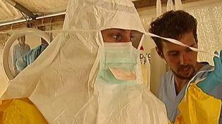 Capture d'écran montrant la jeune infirmière de MSF dans le centre de traitement ouvert en guinée au début de l'épidémie - août 2014 ( FRANCE 2)