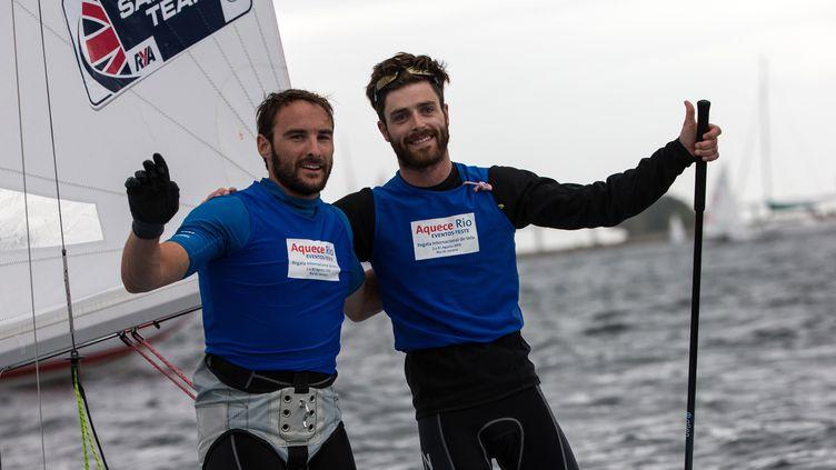 Elliott Willis (à gauche) et son coéquipier Luke Patience, ici 2e lors du test-event dans la baie de Rio en août 2015 (YASUYOSHI CHIBA / AFP)
