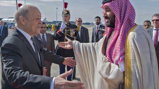 Le prince héritier d'Arabie saoudite accueilli le 8 avril en France par le ministre des Affaires étrangères, Jean-Yves Le Drian. (BANDAR AL-JALOUD / AFP)