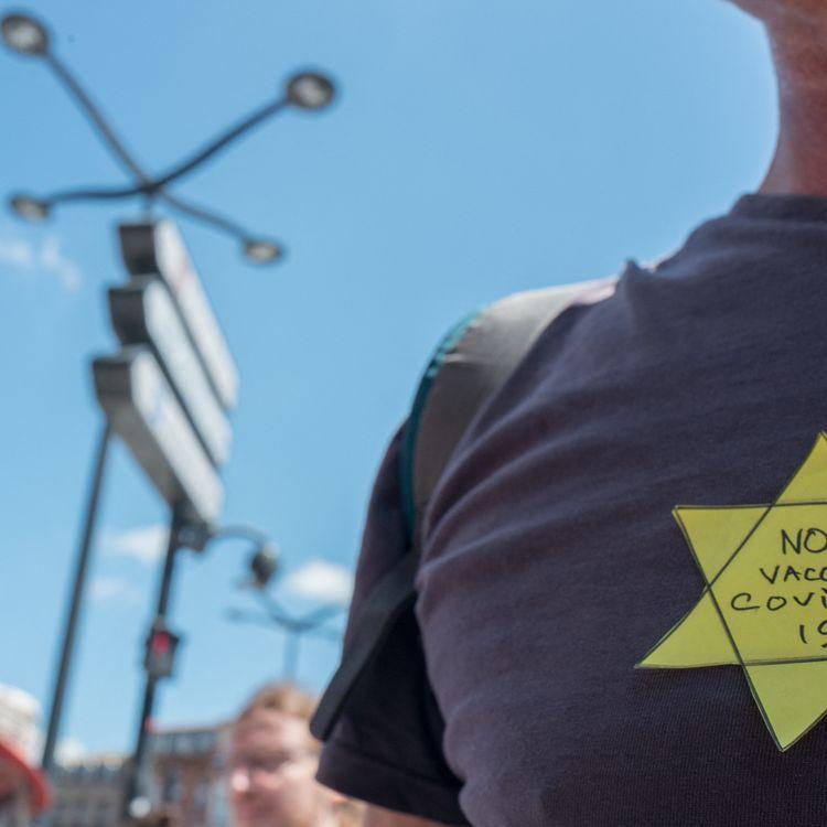 Un homme arbore une étoile jaune, en référence à celle portée par les Juifs lors de la Seconde Guerre mondiale, lors d'une manifestation anti-pass sanitaire, à Toulouse, le 17 juillet 2021. (FREDERIC SCHEIBER / HANS LUCAS / AFP)