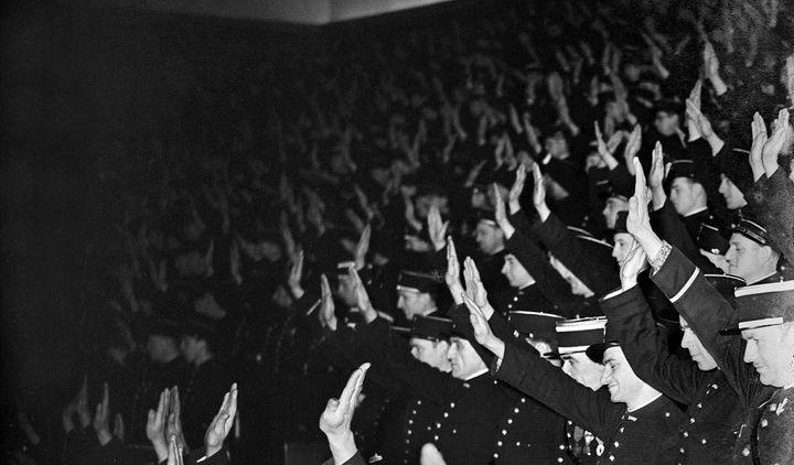 """""""La police de Vichy"""" : policier français faisant le salut fasciste.  (Roger-Viollet)"""