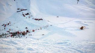 Les secours se mettent en place après une avalanche survenue sur la piste de Bellecombe, dans la station des Deux Alpes, le 13 janvier 2016, en Isère. (MAXPPP)