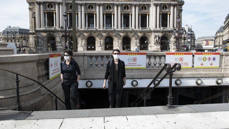Des usagères portant des masques sortent du métro à Paris, le 21 avril 2020. (ODILE GINE / HANS LUCAS / AFP)