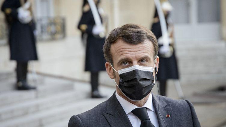 Le président de la République, Emmanuel Macron, devant le palais de l'Elysée, le 23 mars 2021. (JACOPO LANDI / HANS LUCAS / AFP)
