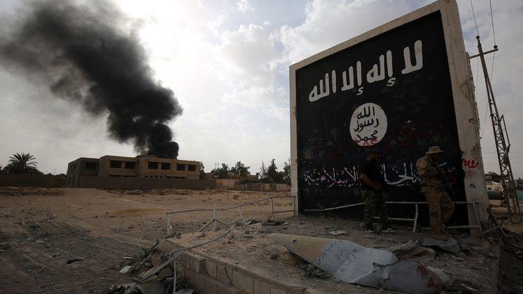 Des combattants dans les rues d'al-Qaim, en Irak. (illustration) (AHMAD AL-RUBAYE / AFP)