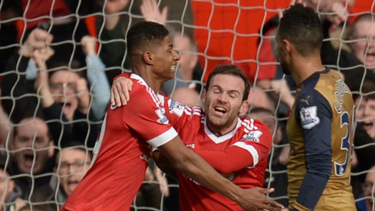Le jeune attaquant de United, Marcus Rashford félicité par Juan Mata