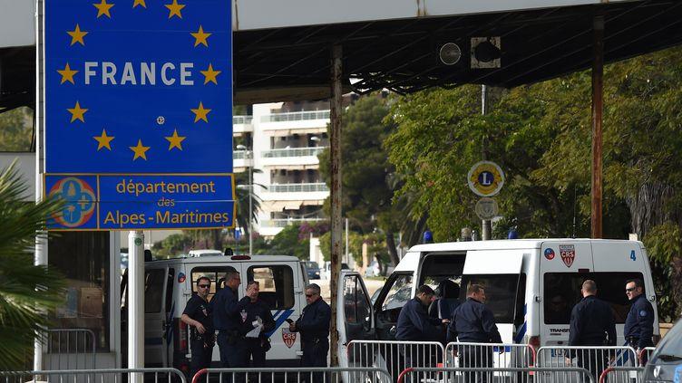 Des policiers postés à la frontière franco-italienne à Menton (Alpes-Maritimes), le 13 novembre 2015. (ANNE-CHRISTINE POUJOULAT / AFP)