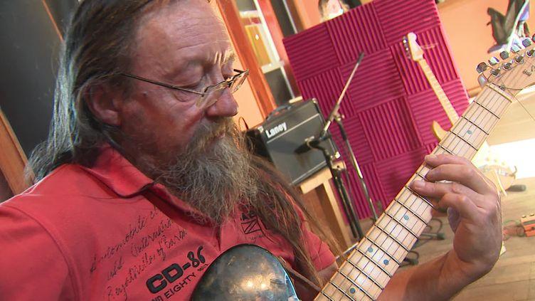 Un des musiciens du groupe Flying Tractors (C.Fallas / France Télévisions)