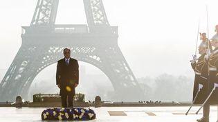 Le président François Hollande rend hommage aux personnes handicapées ou malades mentales mortes de faim et d'isolement dans les hôpitaux psychiatriques français durant la Seconde guerre mondiale, à l'occasion de la journée internationale des droitsde l'Homme, le 10 décembre 2016 au Trocadéro à Paris. (REUTERS - Christrophe Petit Tesson - Pool)
