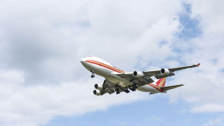 Un avion approche del'aéroport de Bruxelles, le 26 mai 2021. (MAXPPP)