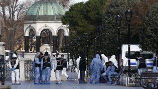 Des policiers sur la scène de l'attentat-suicide commis sur la place Sultanahmet à Istanbul, en Turquie, le 12 janvier 2016. (MURAD SEZER / REUTERS)