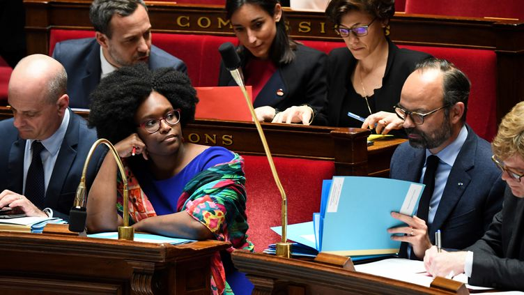 La nouvelle porte-parole du gouvernement, Sibeth Ndiaye (deuxième à gauche), au côté du Premier ministre Edouard Philippe, lors des questions au gouvernement à l'Assemblée nationale, le 2 avril 2019. (ALAIN JOCARD / AFP)
