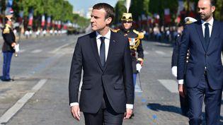 Le président Emmanuel Macron et le Premier ministre Edouard Philippe lors du défilé militaire sur les Champs-Elysées, à Paris, le 14 juillet 2017. (CHRISTOPHE ARCHAMBAULT / POOL / AFP)