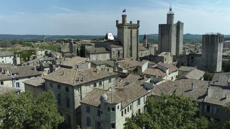 Gard : le charme des parfums de la place aux Herbes, dans la cité médiévale d'Uzès (FRANCE 2)