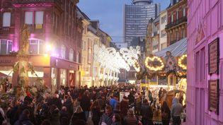 Des commerces dans le centre ville de Mulhouse en Alsace. (DAREK SZUSTER / MAXPPP)