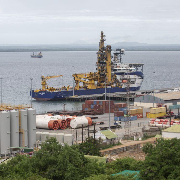 Un navire utilisé dans la construction d'installations gazières estamarré au port de Pemba, où des bateaux doiventarriver avec des personnes déplacées des côtes de Palmaaprès des attaques d'un groupe islamiste, le 30 mars 2021, au Mozambique. (ALFREDO ZUNIGA / AFP)