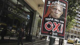 Une affiche dans les rues d'Athènes (Grèce), sur laquelle apparaît le ministre des Finances allemand, Wolfgang Schäuble, le 2 juillet 2015. (SOCRATES BALTAGIANNIS / DPA / AFP)