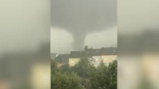 Météo France a appelé à la vigilance orage dans de nombreux départements. Une mini-tornade s'est abattue sur une ville à la frontière entre la France et le Luxembourg.  (FRANCE 2)