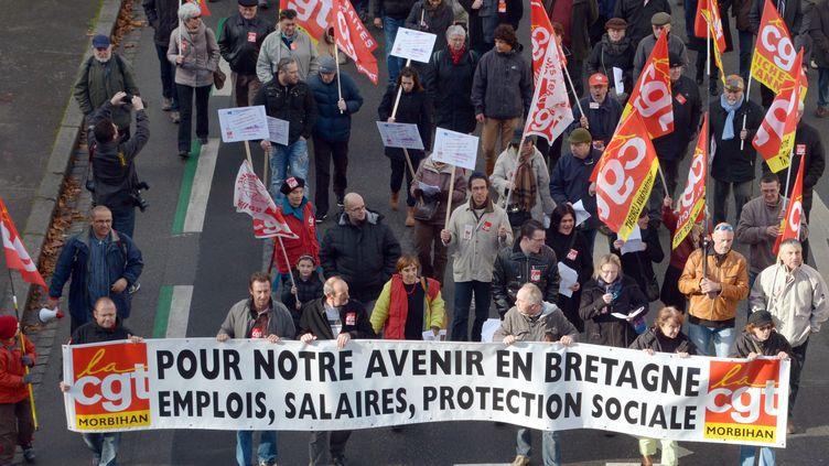 Entre 500 et 1 000 salariés, selon France 3 Bretagne, ont manifesté pour l'emploi à Lorient (Morbihan), le 23 novembre 2013. (DAMIEN MEYER / AFP)