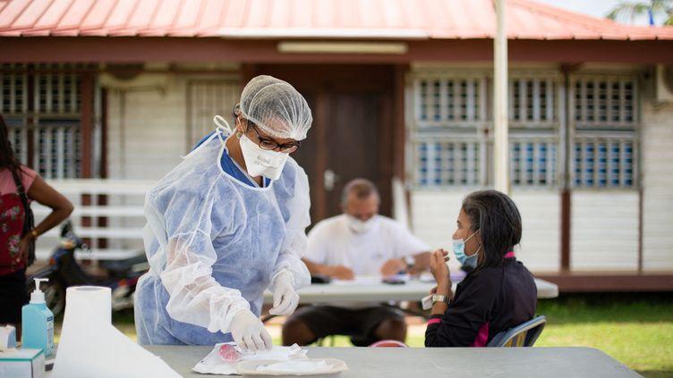 Une soignante dans un dispensaire où est dépisté le Covid-19 à Maripasoula (Guyane), le 18 août 2020. Photo d'illustration. (THIBAUD VAERMAN / HANS LUCAS / AFP)