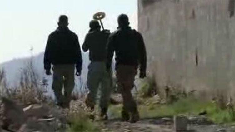 La rébellion à la frontière turco-syrienne tente de sécuriser la zone, infestée par des mines. (FTV)