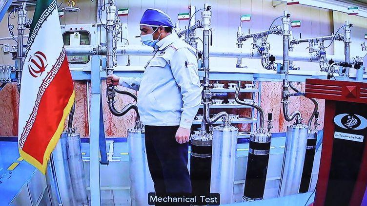 Une photo fournie par la présidence iranienne le 10 avril 2021 montre un ingénieur à l'intérieur du département d'enrichissement d'uranium du centre nucléaire de Natanz. (PRESIDENCE IRANIENNE / AFP)